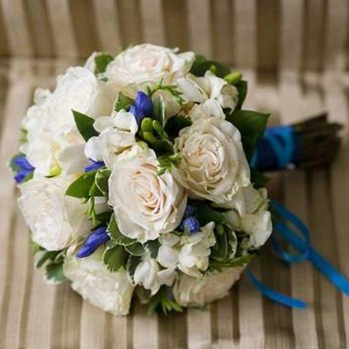 Роз огромный, букет невесты с синей лентой